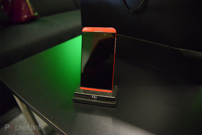 Red BlackBerry Z10 limited edition pictures and hands-on - photo 2
