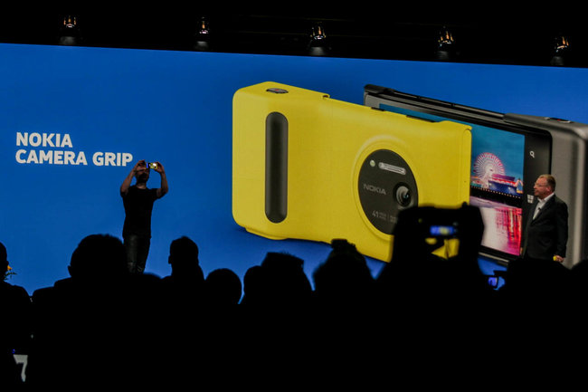 Nokia Lumia 1020 camera grip provides extra battery life - photo 1