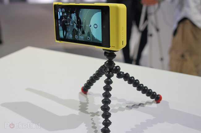 Nokia Lumia 1020 accessories: hands-on with charging shell, grip and mount - photo 4