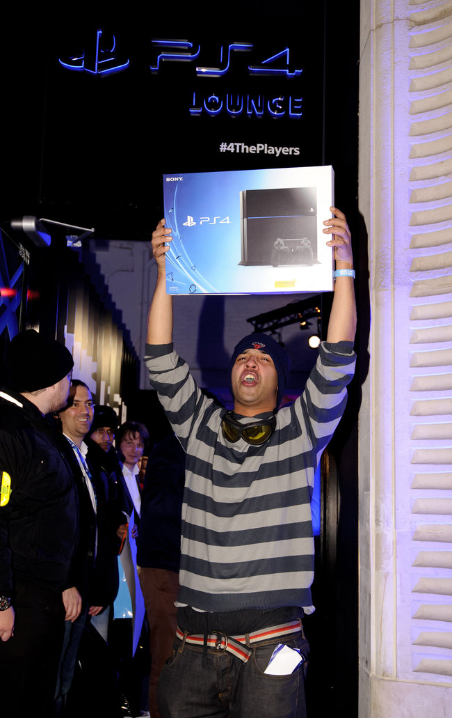 PS4 launch pictures are in, who was first in the queue? - photo 2