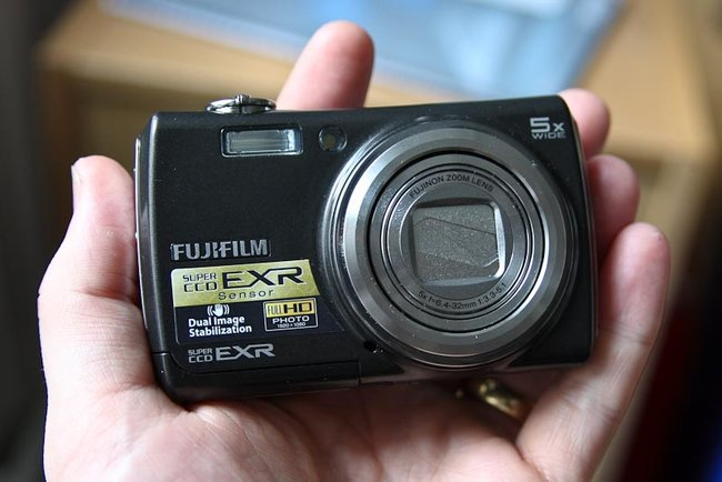 Fujifilm FinePix F200EXR digital camera - photo 2