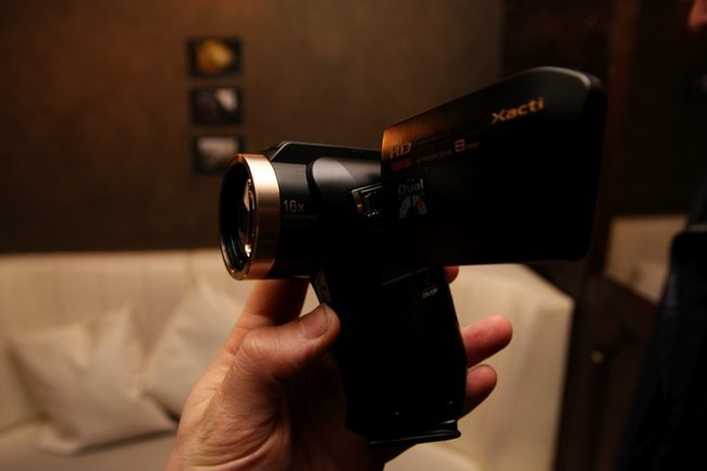 Sanyo Xacti DMX-HD2000 camcorder - photo 2