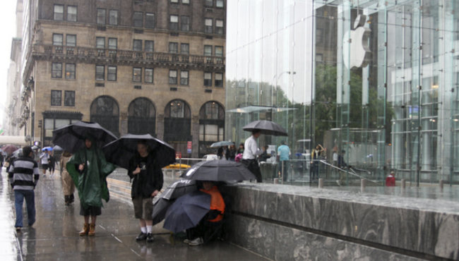 iPhone 3G S line starts to form in New York - photo 2