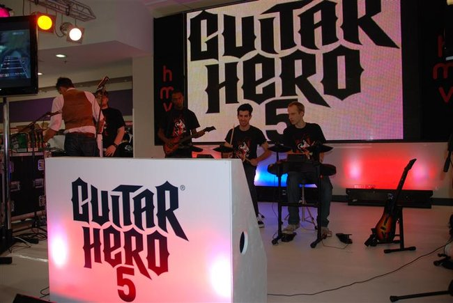 Guitar Hero 5 launches with marathon record attempt - photo 4